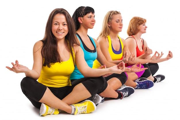 Gruppe von frauen, die yoga genießen