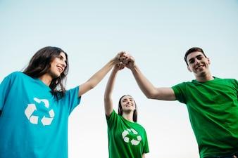 Gruppe von Freiwilligen, die sich Händen anschließen
