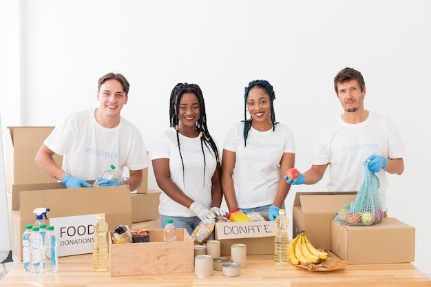 Gruppe von freiwilligen, die sich um spenden kümmern