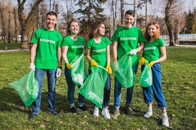Gruppe von freiwilligen in der natur