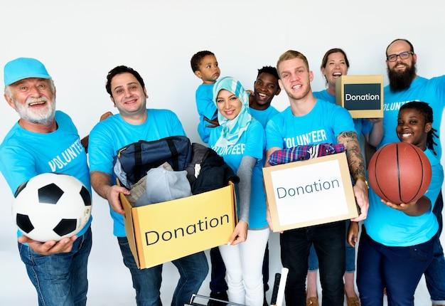Gruppe von freiwilligen menschen spenden sachen für die wohltätigkeit