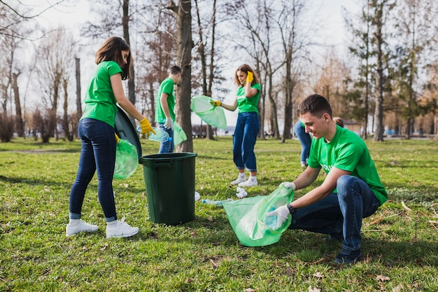 Gruppe von freiwilligen müll sammeln