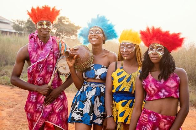 Gruppe von freunden am afrikanischen karneval mit kostümen