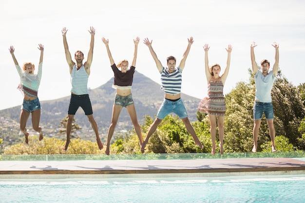 Gruppe von freunden am pool springen
