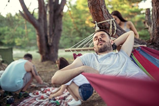 Gruppe von freunden auf einem campingplatz