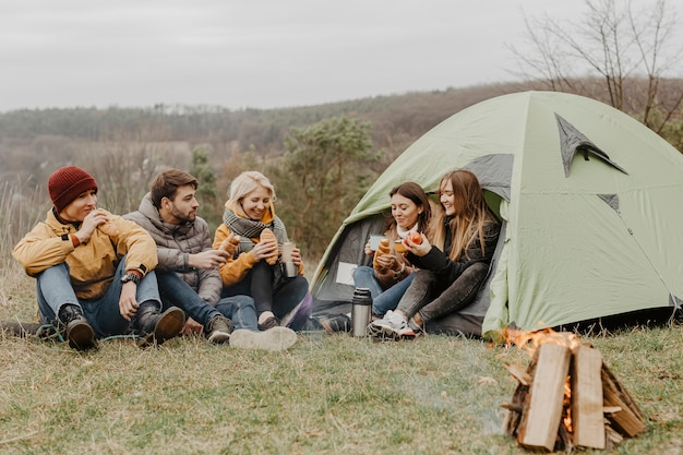 Gruppe von freunden auf winterreise mit zelt