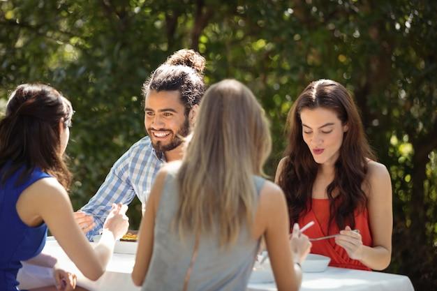 Gruppe von freunden beim mittagessen