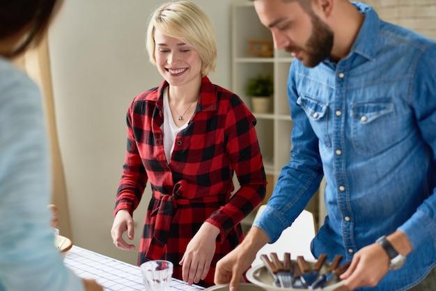 Gruppe von freunden, die abendessen zusammen kochen