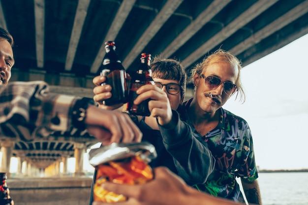 Gruppe von freunden, die am sommertag das ausruhen mit spaß und party feiern