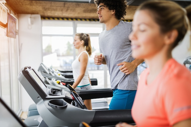 Gruppe von freunden, die auf einem laufband im fitnessstudio trainieren?