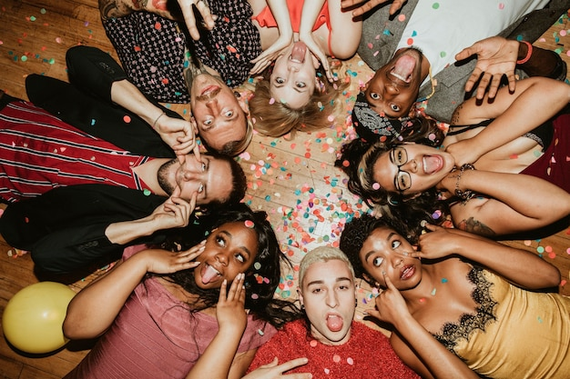 Gruppe von freunden, die auf einer party auf dem boden liegen