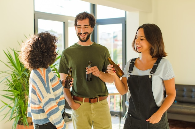 Gruppe von freunden, die bier trinken, entspannt und glücklich in neuem zuhause