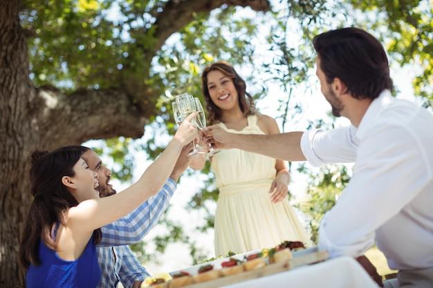 Gruppe von freunden, die champagnergläser rösten