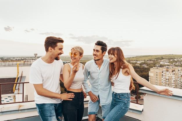 Gruppe von freunden, die draußen am dach genießen