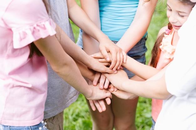 Gruppe von freunden, die ein team bilden