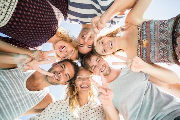 Gruppe von freunden, die eine gruppe bilden