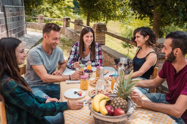 Gruppe von freunden, die frühstück in einem bauernhaus haben