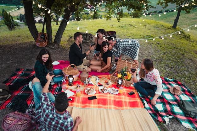 Gruppe von freunden, die in der natur essen