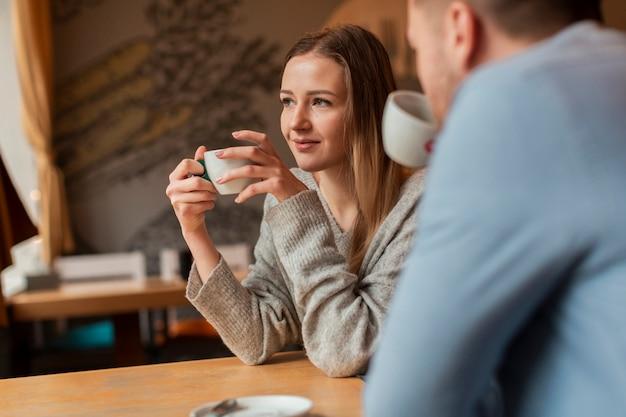 Gruppe von freunden, die kaffee genießen