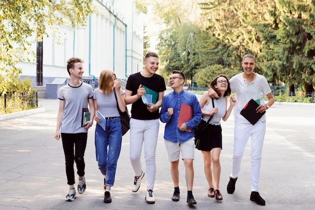 Gruppe von freunden, die nach dem unterricht nach hause gehen