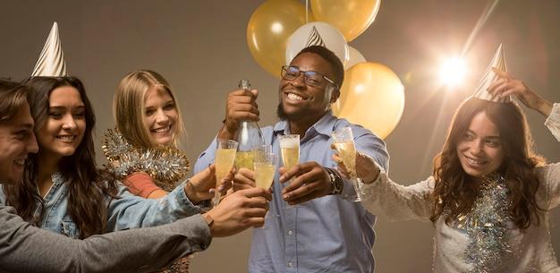 Gruppe von freunden, die neujahrskonzept feiern