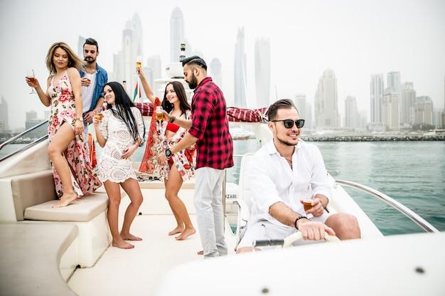 Gruppe von freunden, die party auf einer yacht machen