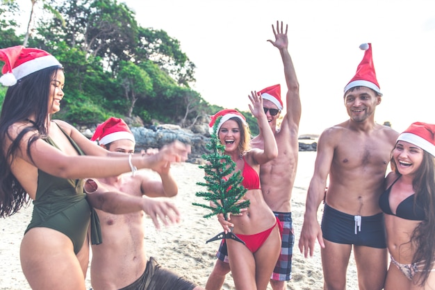 Gruppe von freunden, die spaß am strand auf einer einsamen insel haben