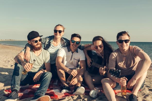 Gruppe von freunden, die spaß am strand haben