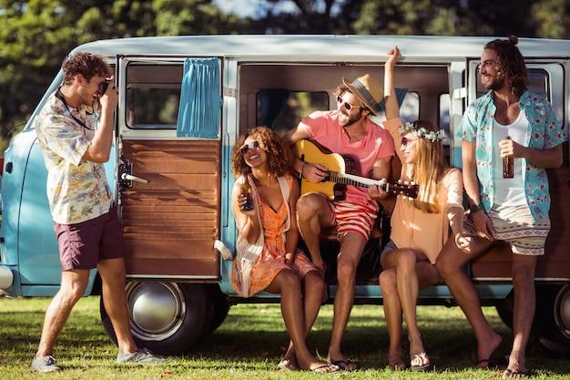 Gruppe von freunden, die spaß im musikfestival haben