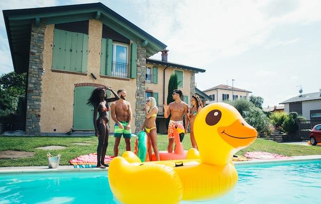 Gruppe von freunden, die spaß im schwimmbad haben