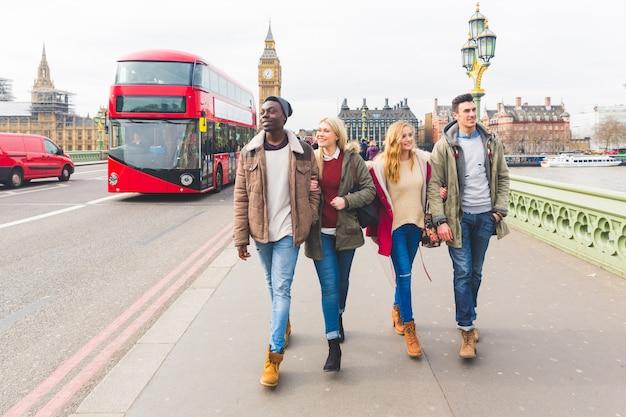 Gruppe von freunden, die spaß in london haben
