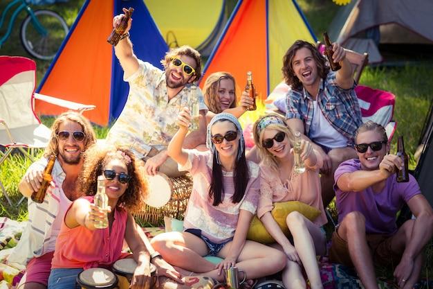 Gruppe von freunden, die spaß zusammen auf campingplatz haben