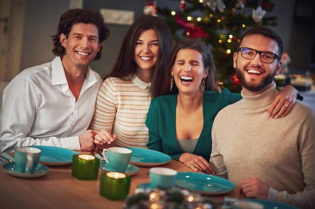 Gruppe von freunden, die weihnachten zu hause feiern