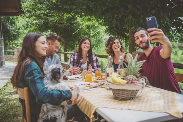 Gruppe von freunden, die zeit verbringen, ein picknick zu machen