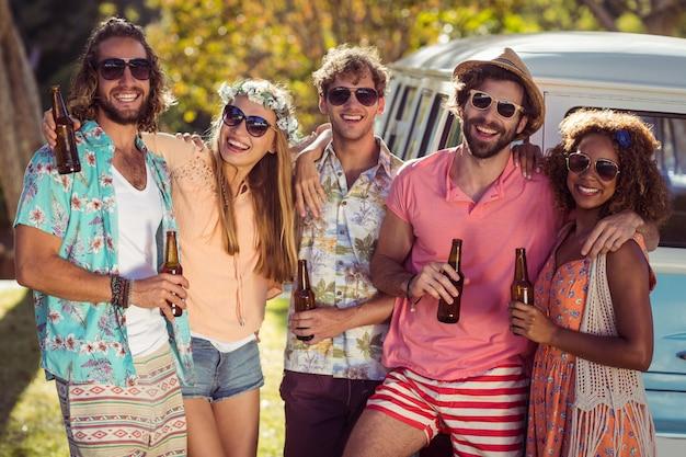 Gruppe von freunden, die zusammen ein bier trinken