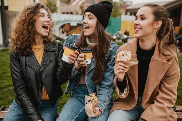 Gruppe von freunden, die zusammen süßigkeiten genießen