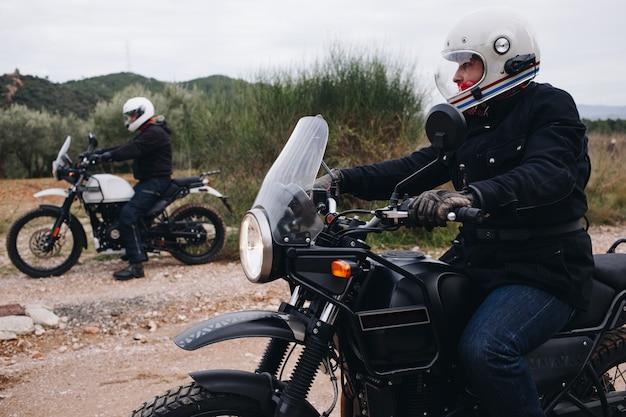 Gruppe von freunden fahren motorräder im wald