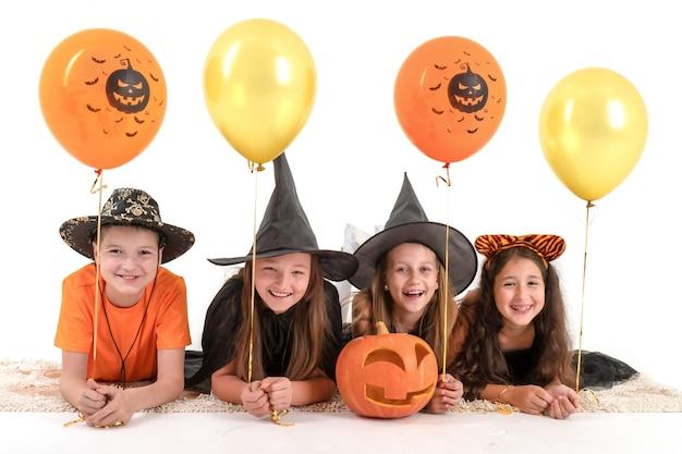 Gruppe von freunden für halloween kostümiert