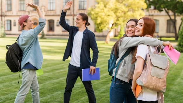 Gruppe von freunden glücklich, wieder an der universität zu sein
