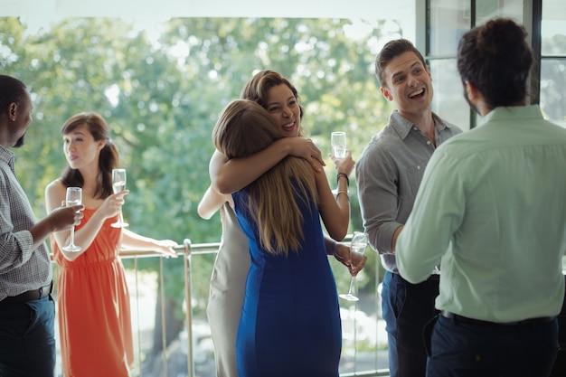 Gruppe von freunden gratuliert paar während der party