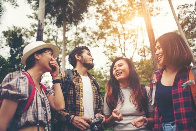 Gruppe von freunden haben urlaub zusammen treffen und beraten über plan zu tun.