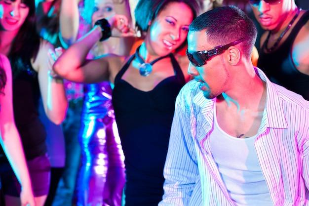 Gruppe von freunden im nachtclub