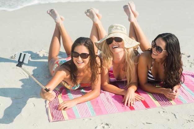 Gruppe von freunden in badeanzügen unter einem selfie