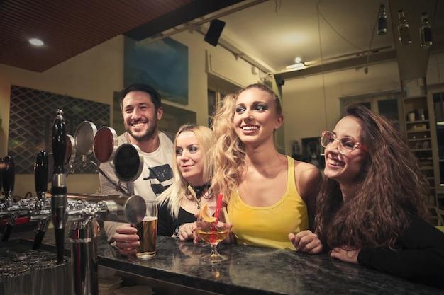 Gruppe von freunden in einer bar