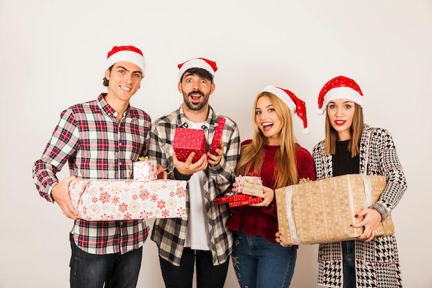 Gruppe von freunden mit geschenken