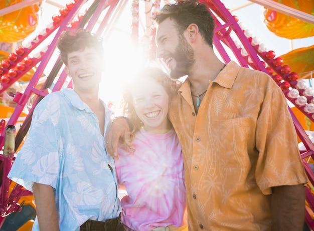 Gruppe von freunden mit sonnenlicht in den rücken