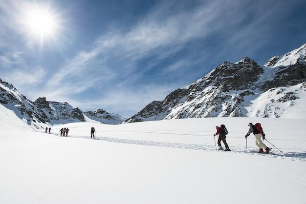 Gruppe von freunden skifahren