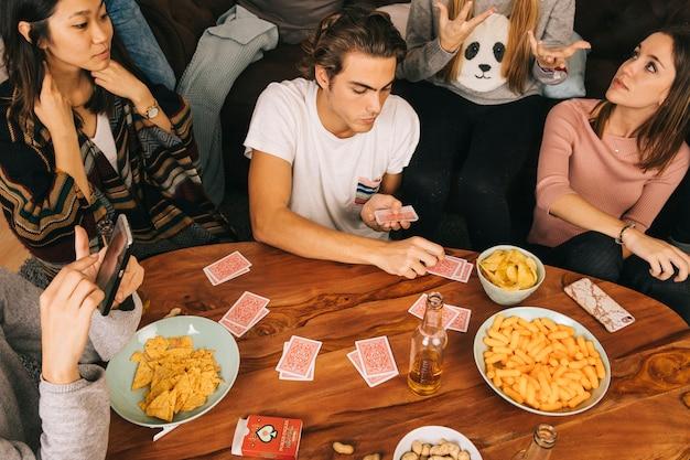 Gruppe von freunden spielkarten spiel