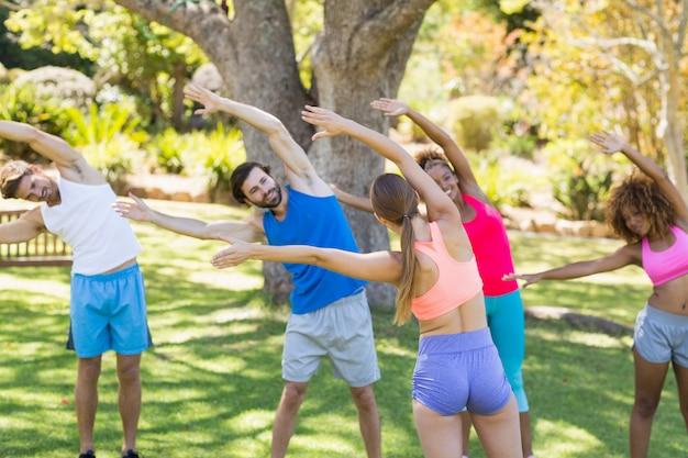 Gruppe von freunden trainieren