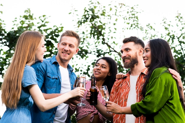 Gruppe von freunden zusammen mit getränken